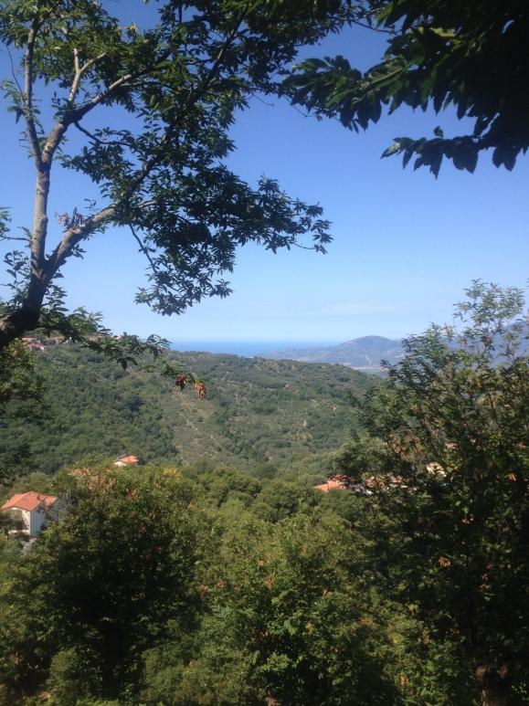 Passeggiata tra i monti con vista mare