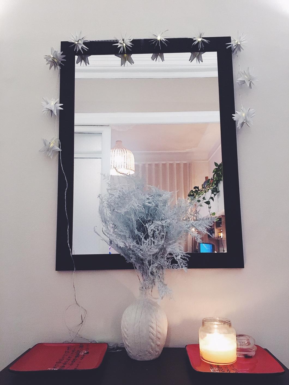 Lucine e candele accese per casa